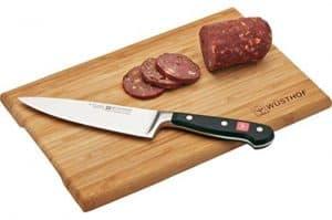 cuchillo de cocina en tabla de cortar