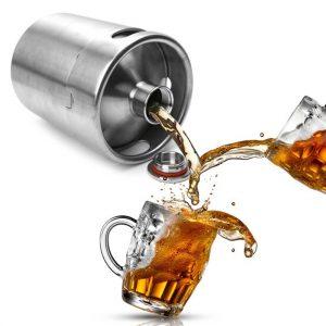 tirador de cerveza y jarras de cerveza