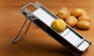 patata en una mandolina