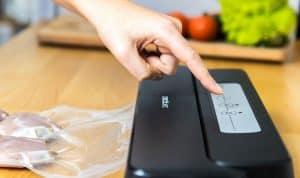 usar una máquina de envasar al vacío