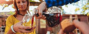 gente con un decantador de vino