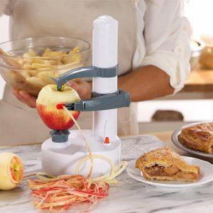 pelador eléctrico pelando una manzana