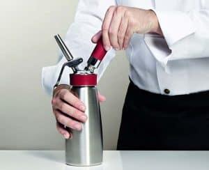 chef usando un sifón de cocina