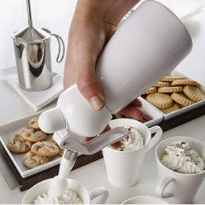 sifón de cocina sacando nata