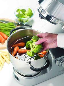 robot de cocina limpiando alimentos