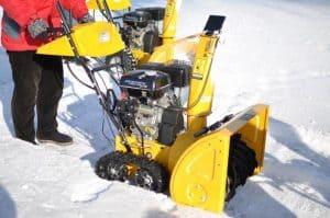 soplador de nieve amarillo