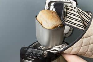 pan recién hecho en una panificadora