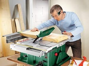 hombre usando una sierra de mesa Bosch