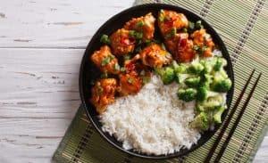 plato con arroz cocido
