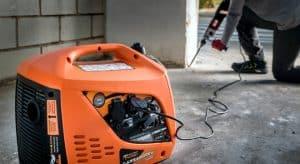 generador eléctrico naranja compacto