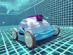 robot de piscina por el suelo de la piscina
