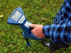 hombre usando un detector de metales azul