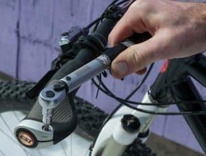 persona usando una llave dinamométrica en una bici