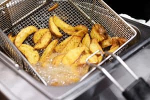 freidora friendo patatas
