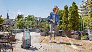 mujer usando un limpiador de alta presión