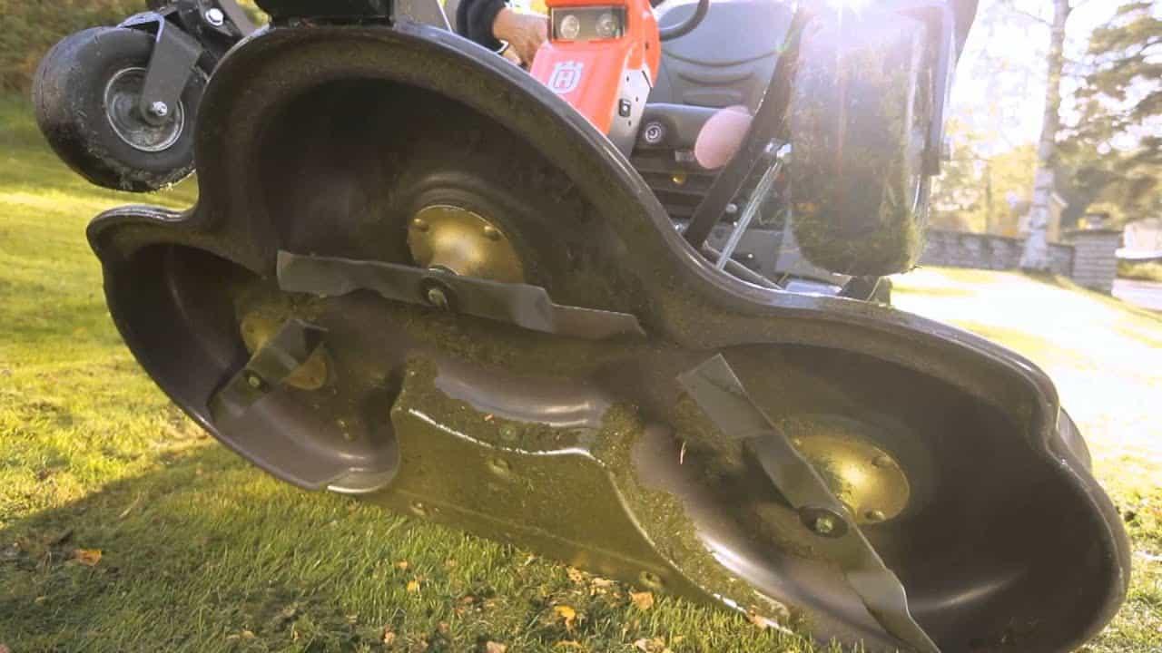 parte inferior de un tractor cortacesped