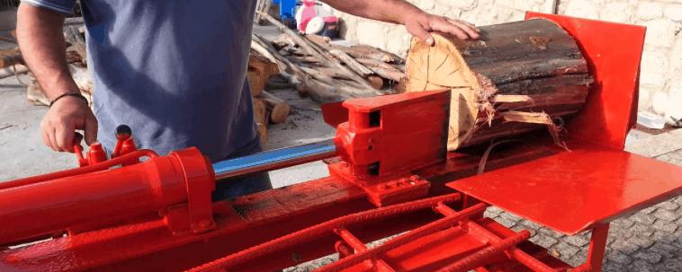cortador de leña rojo