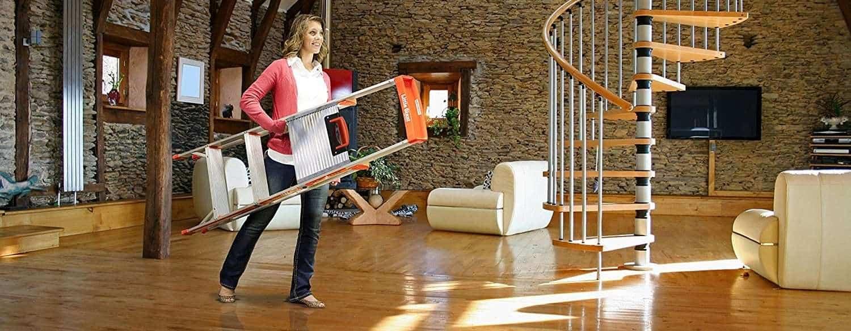 mujer llevando una escalera plegable