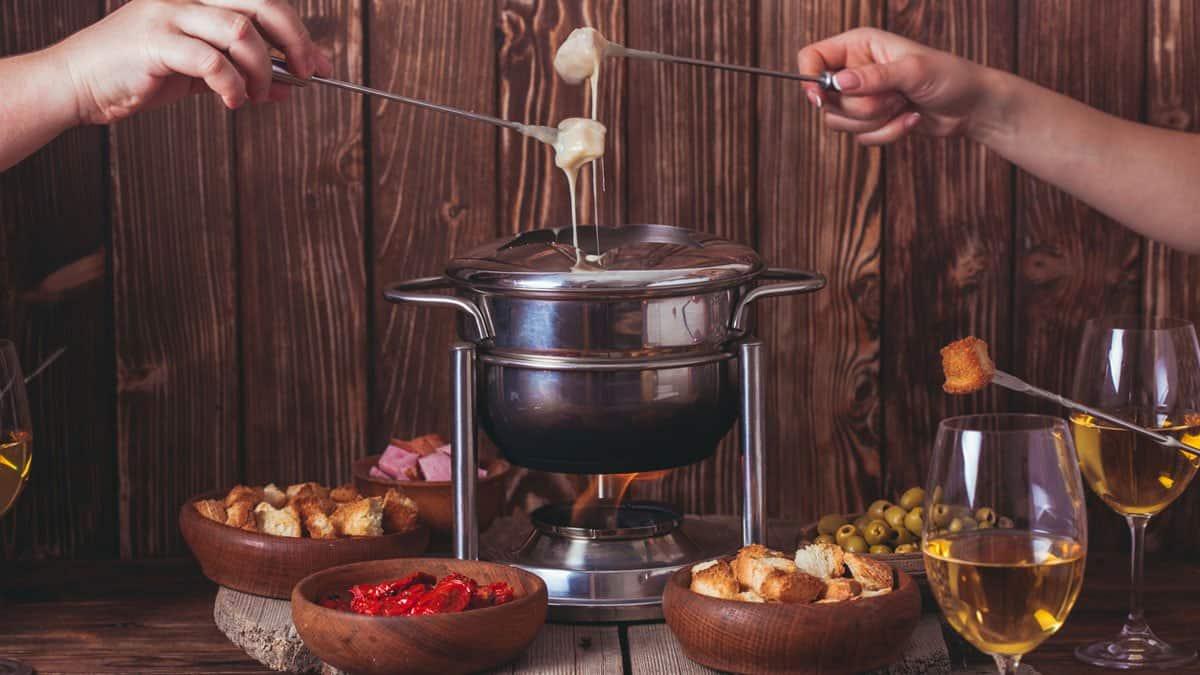 personas comiendo de una fondue