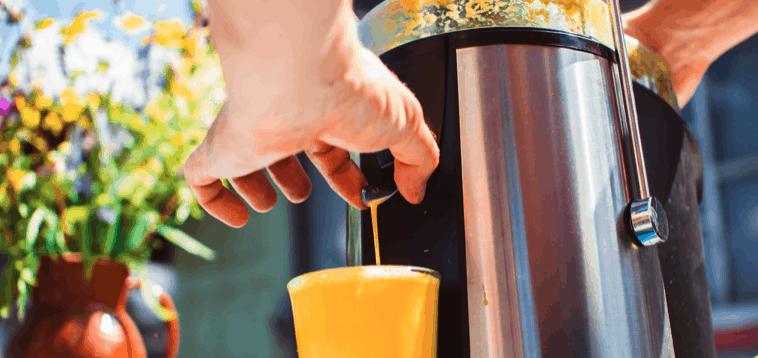 licuadora licuando un zumo