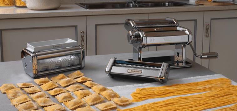varias máquinas para hacer pasta