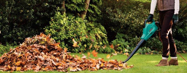 mujer usando un soplador de hojas