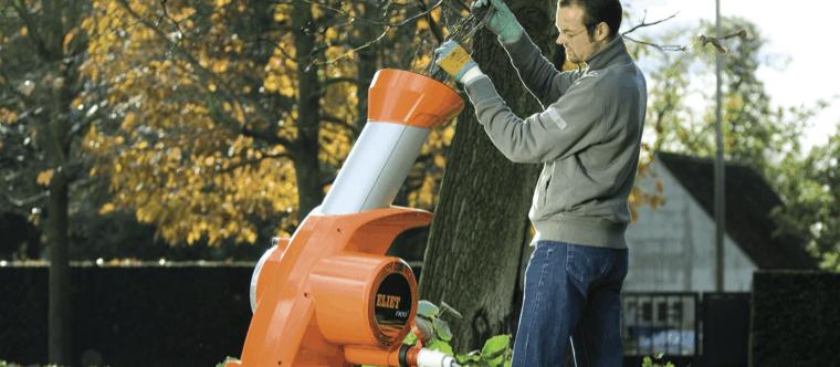 persona usando un triturador de ramas