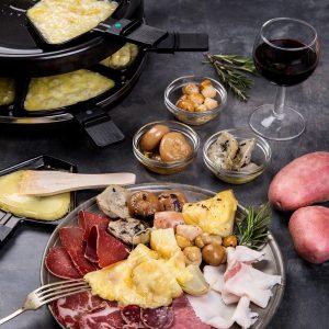 raclette y comida en la mesa