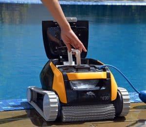 robot de piscina amarillo