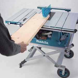 cortar madera con una sierra de mesa