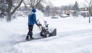 hombre usando un soplador de nieve