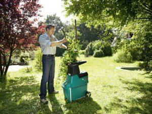 triturador de ramas en el jardín