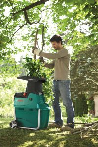hombre usando un triturador de ramas