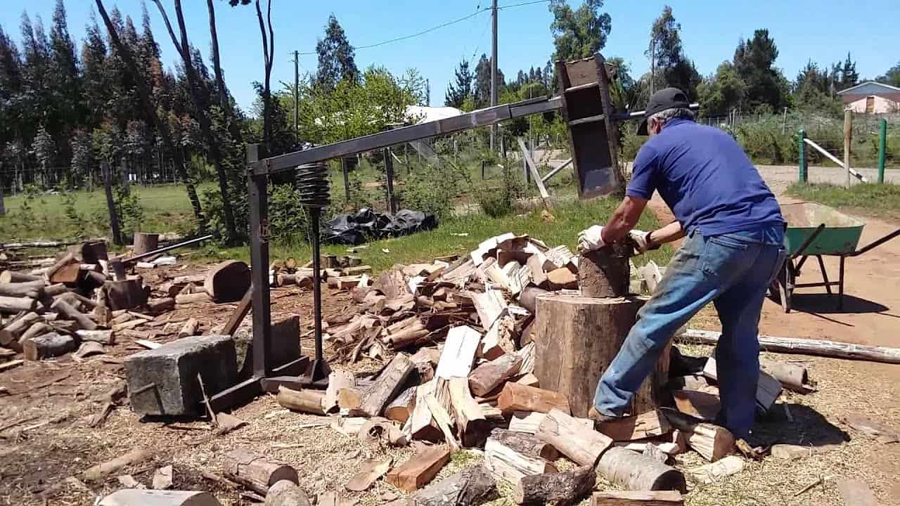 hombre usando un cortador de leña