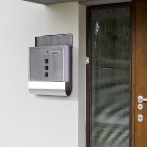 buzón metálico en la puerta