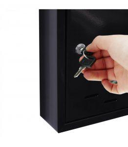 persona abriendo un buzón con llave