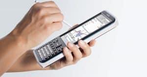 persona usando una calculadora gráfica