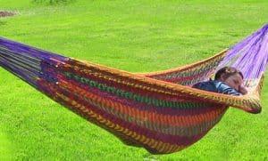 persona durmiendo en una hamaca
