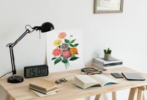 mesa con lámpara de oficina