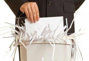 persona usando una destructora de documentos