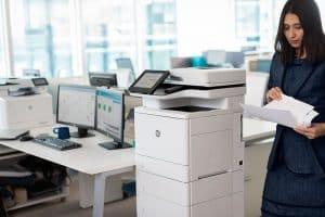 mujer usando una impresora