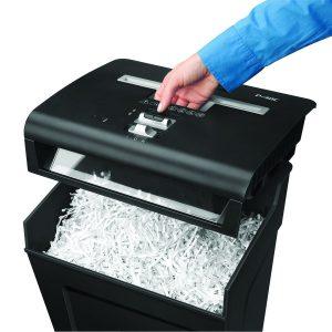 persona abriendo destructora de documentos