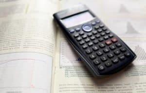 calculadora financiera sobre un libro