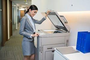 mujer usando una fotocopiadora