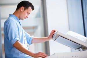 hombre usando una fotocopiadora