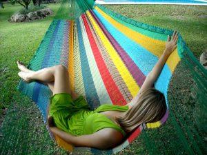 mujer descansando en una hamaca