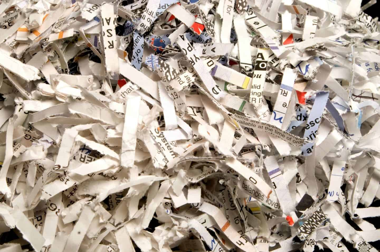 papeles destruidos por una destructora de documentos