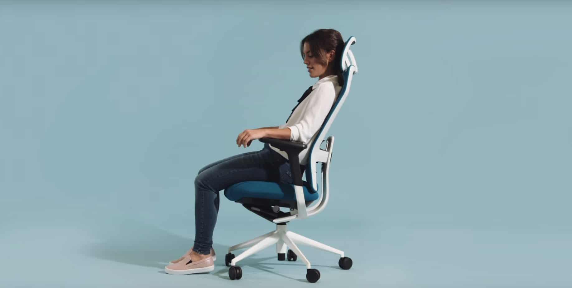 mujer sentada en una silla de oficina
