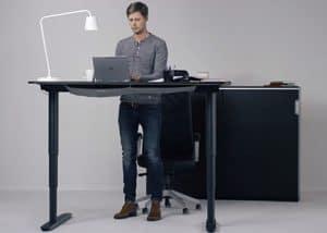 hombre usando una mesa regulable