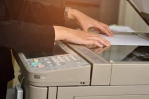 persona usando una fotocopiadora
